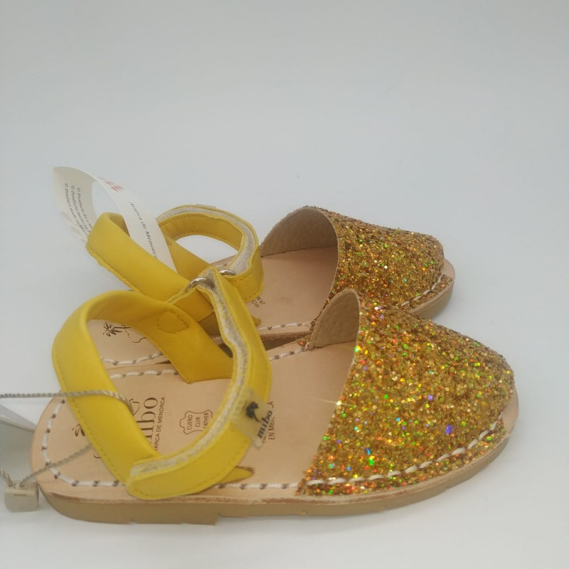 Sandalia dorada con cuña